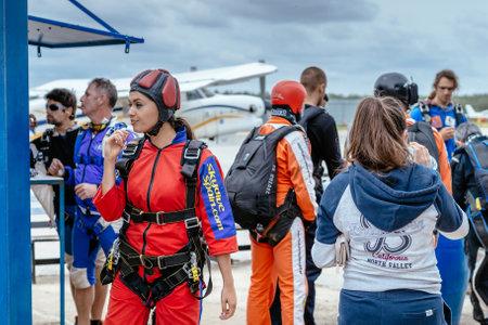 caida libre: Sevilla, Espa�a - 7 may, 2016: La mujer hermosa se prepara para saltar en paraca�das. Skydive Espa�a es el centro de paracaidismo situado en La Juliana aer�dromo, a unos 20 km al suroeste de Sevilla, Espa�a. En Skydive Espa�a vuelan hasta 15.000 pies, la altitud m�s alta en Europa y