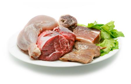 carnes y verduras: cocina típica española. Algunos de los ingredientes utilizados para preparar estofado de español. Carnes y verduras aislados