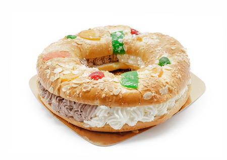 """Königringkuchen getrennt auf Weiß. Traditionelles spanisches Gebäck """"Roscon de reyes"""" Standard-Bild - 72770497"""