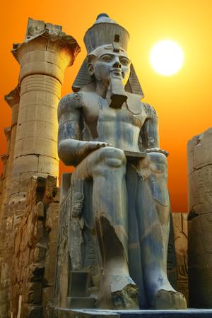 석양 Ramesses II의 동상입니다. 룩소르 사원, 이집트 스톡 콘텐츠