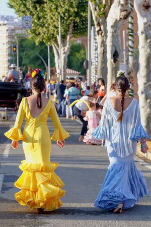 Mujeres con coloridos vestidos flamencos españoles. Foto de archivo - 78793130
