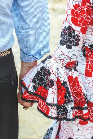 Vestido de flamenco español Pareja joven tomados de la mano. Foto de archivo - 78812863