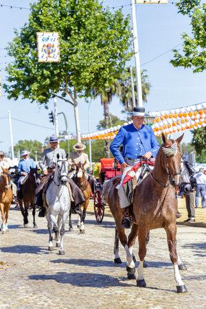 Sevilla, España - 02 de mayo de 2017: Hombres vestidos con trajes tradicionales a caballo y celebrando la Feria de Abril de Sevilla. Foto de archivo - 78729455
