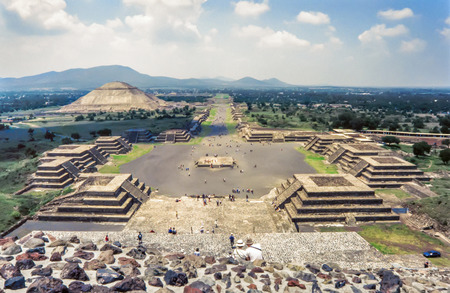 View of the ruins of Teotihuacan.The Avenue of the Dead and the pyramid of the sun seen from the pyramid of the moon Stockfoto