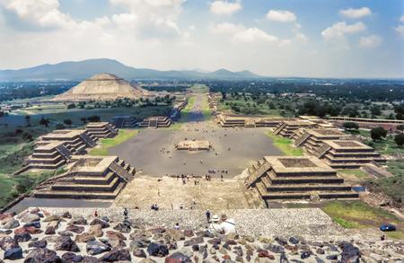 Uitzicht op de ruïnes van Teotihuacan. De Avenue of the Dead en de piramide van de zon gezien vanuit de piramide van de maan