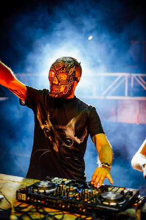 DJ with Skull mask playing electronic music at Summer Party Festival. Fun, youth, entertainment and fest concept. Foto de archivo - 96768737