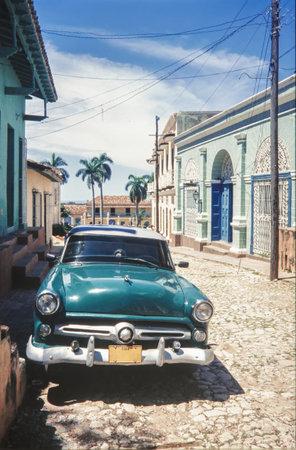 Habana, Kuba - 18. September 2010: Vintage klassisches amerikanisches Auto, das auf einer Straße von altem Havanna geparkt wird. Kuba