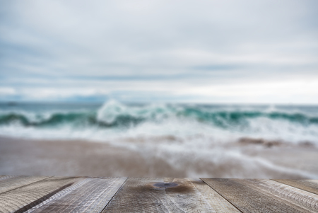 Empty wooden table with beautiful ocean and blue sky. Standard-Bild - 120541130