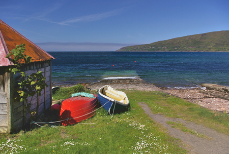 beached: Boatshed on the seashore with beached fishing boats, Applecross, Wester Ross, Schottland Stock Photo