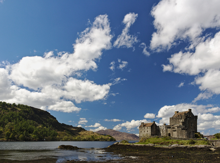 Dornie, Scotland - May 12th, 2018 - Eilean Donan Castle with a clear blue sky and fluffy white clouds 新聞圖片