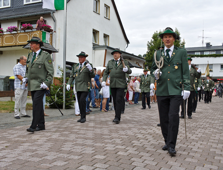 Usseln, Germany - July 30th, 2018 - Rifle club members parading in their traditional green uniforms at the marksmens fair 新聞圖片