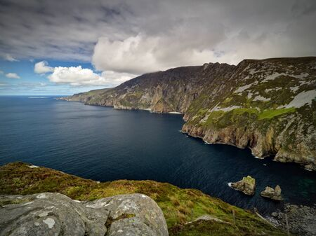 View from the cliffs of Slieve League, Co. Donegal across a small bay out to the Atlantic Ocean with the famous Giants Chair and Table in the foreground. The cliffs measure up to 601 m and are among the highest sea cliffs in Europe. 版權商用圖片