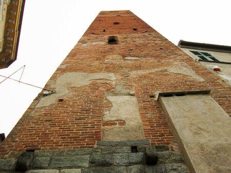 大きなタワーが空を見ています。赤レンガの多くは、それを構築に使用されました。