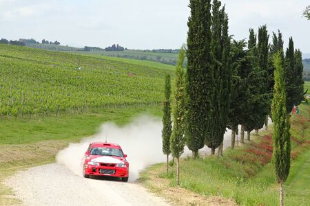 A gravel road in Tuscany during the rally event. Standard-Bild