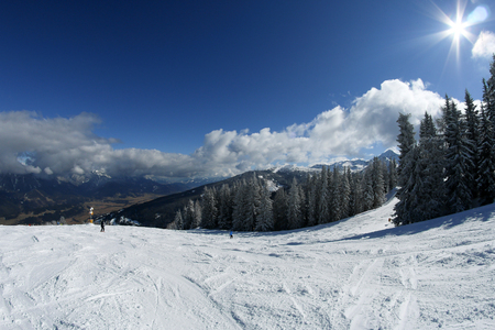 A picture from the ski resort in the austrian Alps. Snow and weather are perfect, slopes are empty. Skiing is passion in these conditions. The mountains around are great visible. Imagens