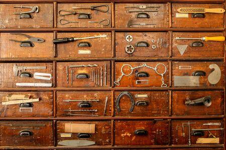 Un detalle de un antiguo armario con cajones, que forma parte de la antigua ferretería vintage.