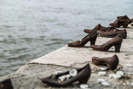 Un mémorial commémorant le meurtre des Juifs pendant la seconde guerre mondiale. Debout au bord du Danube à Budapest.