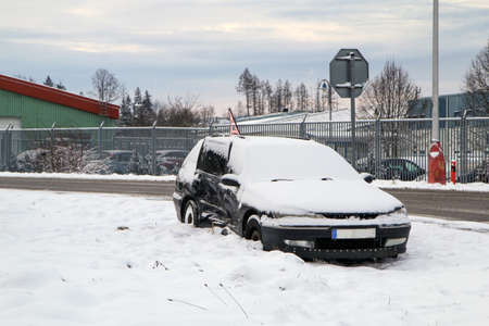 Abandoned car in the ditch after the traffic accident. The driver didn givet give way to the other car. Covered by snow. 免版税图像