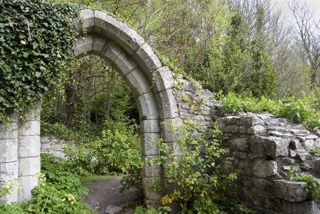 arcos de piedra: arco inglés antiguo en un parque