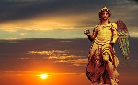 芸術シリーズ。ラファエロ ダ モンテルポ原型製作聖ミカエルの像。サンタンジェロ城はローマで立っています。伝説は聖ミカエル頂上 500AD のローマを襲った大規模なペストの終わりを告げるカステル サン タンヘロに登場したことを保持します。 写真素材 - 6737271