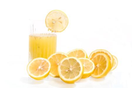 jus de citron: Boissons - verre avec du jus de citron et de tranches de citron isol�es sur fond blanc.