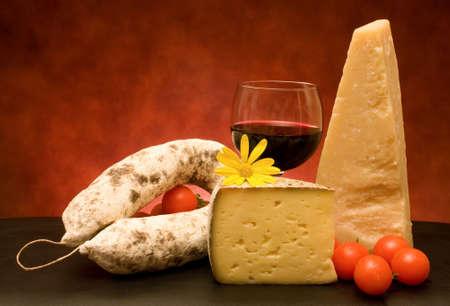 salame: Italiani, cucina - still life with italiano di formaggio, salame e vino.