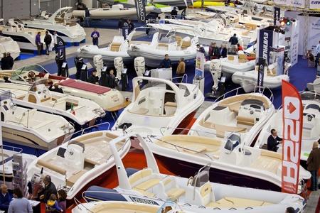 expositor: Roma, Italia, 19 de febrero de 2011: Big Blue Roma mar Expo - Boat Show tras el primer 4 ediciones �xito con m�s de 140.000 visitantes, el Sal�n N�utico devuelve a Roma para complacer a los fans de la navegaci�n mar�tima. En esta imagen de una vista de una gran variedad de botes expuestos en diff Editorial