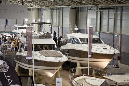 presti: Rzym, Włochy, 19 lutego 2011: Big Blue Rzym Morza Expo - Pokaż łodzi. Dwa okręty z francuski producent Jeanneau: nowe 400 Flybridge Prestige i nowe 440 Sportop S. Publikacyjne