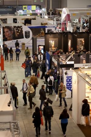 afflux: ROME, ITALIE 1er avril: la vid�o de personnes qui visitent s'�l�ve � Photoshow, internationale photo et l'imagerie num�rique exposition sur Avril 1st 2012 � Rome, Italie. Photoshow eu cette ann�e un afflux de 65.000 visiteurs en seulement quatre jours.