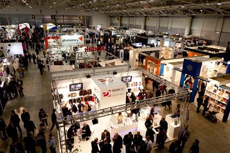 exhibition crowd: ROMA, ITALIA 1 aprile: Video di persone che visitano stand al Photoshow, internazionale di fotografia e digital imaging mostra il 1 � aprile 2012 a Roma, Italia. Photoshow di quest'anno ha avuto un afflusso di 65.000 visitatori in soli quattro giorni.