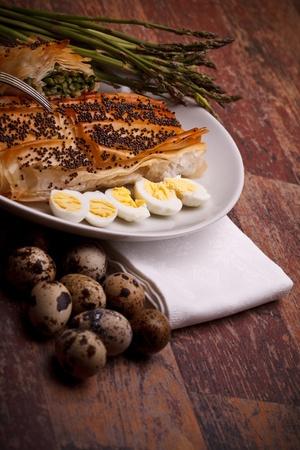 mediterrane k�che: Mediterrane K�che Rezepte - Spargel in Kruste mit Mohn auf der Oberseite und Wachteleier.