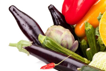 comida: Mix de legumes frescos coloridos sobre fundo branco
