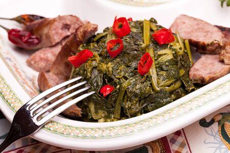 comida: Prato tradicional italiano famoso feito com brócolis e lingüiça, decorado com pedaços de hot chili pepper
