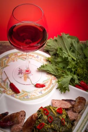 comida: Tradicional famoso prato italiano feito com brócolis e lingüiça, acompanhado por um copo de vinho tinto