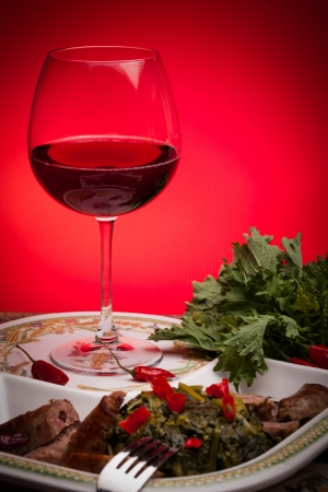 Célèbre plat traditionnel italien fait avec du brocoli rabe et des saucisses, accompagnées d'un verre de vin rouge Banque d'images - 17780146