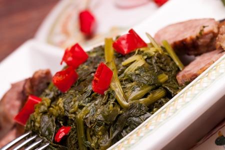 comida: Prato tradicional italiano famoso feito com br�colis e ling�i�a, decorado com peda�os de hot chili pepper