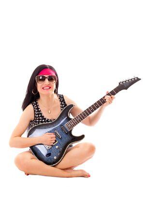 mujer hippie: Mujer del Hippie con la guitarra el�ctrica aislada sobre fondo blanco.