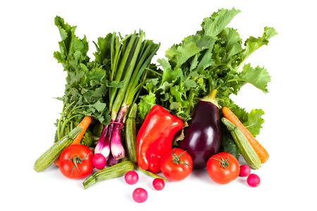 comida: Vegetais da mola sobre o fundo branco: brócolis, cebolinha, abobrinha, tomate, pimentão vermelho, berinjela, cenoura, pepino e rabanetes. Imagens