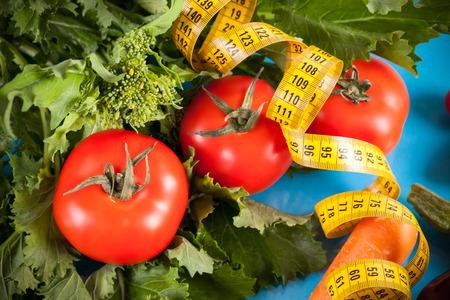 comida: Conceito da dieta, mostrando baixos legumes calorias ideal para a dieta da primavera: tomates frescos, br Imagens