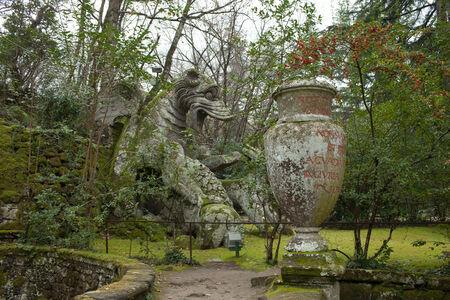 drago alato: Enorme statua del drago alato nei giardini di Bomarzo, in provincia di Viterbo, Italia.