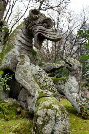 drago alato: Statua del drago alato nei giardini di Bomarzo, in provincia di Viterbo, Italia.