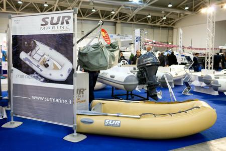 expositor: ROMA, Italia - 26 de febrero 2015: Boat Show Roma 2015 edici�n, centrada en los peque�os productos marinos de tama�o, veleros, lanchas, costillas y inflables hasta 15 mt. Soporte Marine Sur