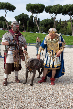 roman soldiers: ROME, ITALY - APRIL 19, 2015: Birth of Rome festival - Actors dressed as ancient Roman soldiers attend a parade to commemorate the 2,768th anniversary of the founding of Rome. Editorial