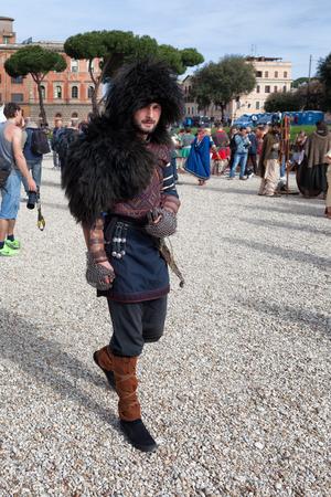 soldati romani: ROMA, ITALIA - 19 aprile 2015: Nascita di Roma Festival - Attori vestiti da antichi soldati romani partecipare ad una parata per commemorare il 2768 � anniversario della fondazione di Roma.