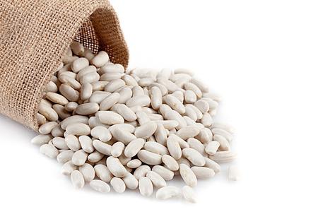 Mucchio di fagioli bianchi su sfondo bianco.