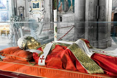 sotana: La efigie del Papa Gregorio X, en la catedral de Arezzo, Toscana, Italia. Nacido Teobaldo Visconti, fue el Papa del 1 de septiembre 1271 a su muerte en 1276 y era un miembro de la Orden Franciscana Seglar. Editorial