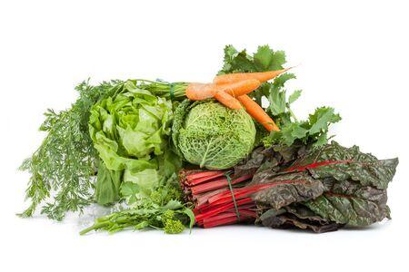 comida: Mistura de vegetais: alface, repolho, brócolis, acelga vermelha e cenouras, isolado no fundo branco. Imagens