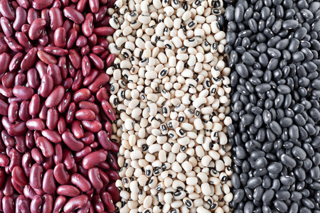 vigna: Variety of dried beans in vertical rows, from left to right: kidney beans, black-eyed beans and black lentils (vigna mungo). Stock Photo