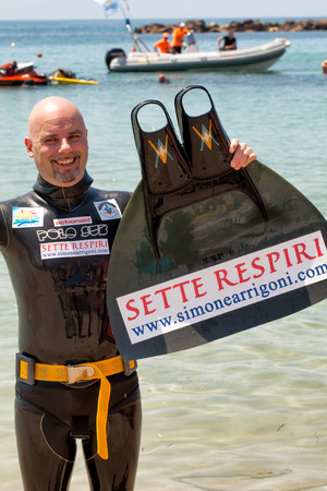 mondial: SANTA MARINELLA, LAZIO, ITALY - JUNE 8, 2016: Simone Arrigoni, world champion of apnea, establishes a new world record swimming as a dolphin to over 1000 meters in 23 minutes and 30 seconds, breathing only for 95 seconds. Editorial