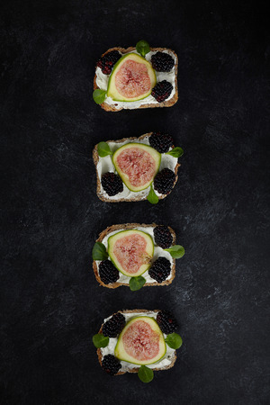 eat smeared: Wholemeal bread with seeds smeared with fresh cheese cream, slices of figs, blackberries and songino leaves.